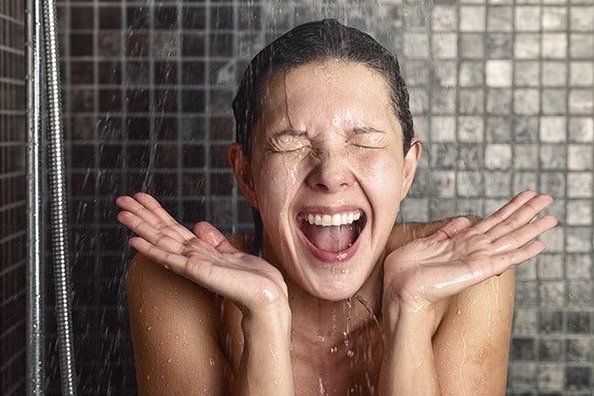 No usar agua caliente en el pelo